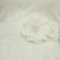 Ivory flower belt by Lilly Bridal Denmark